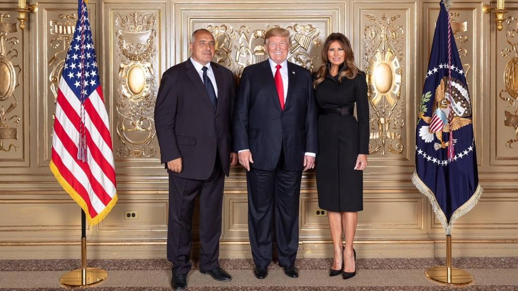Когато станеш за смях от нищо. Премиерът Борисов сам си е виновен, че снимките му с американския президент Доналд Тръмп го направиха да изглежда смешен, но така става, когато човек не знае как да се държи на публично място.